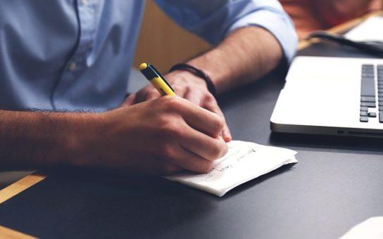 ペンで手書きでノートに書く